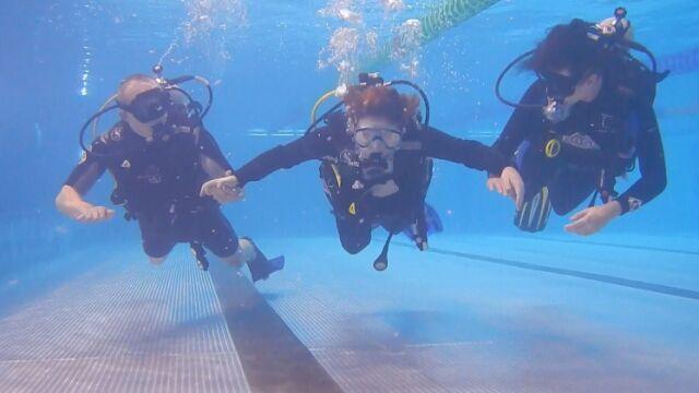 Instruktor z Elbląga nauczył nurkować niepełnosprawną umysłowo dziewczynę