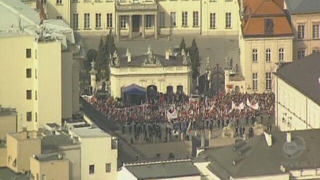 Tłum przed Pałacem (TVN24)