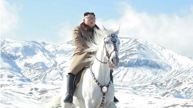 """Na białym koniu, poprzez zaśnieżone szczyty. Przejazd Kima zapowiedzią """"wielkiej operacji"""""""