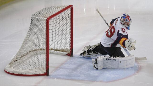Mniejsza bramka i lód zamiast murawy. Cech bohaterem w hokejowym debiucie