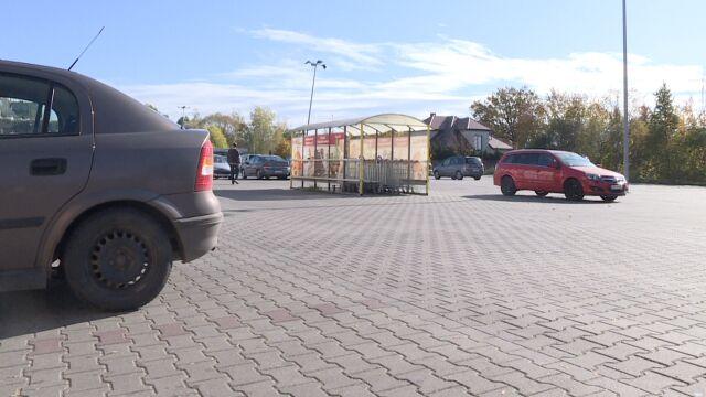 11-miesięczne dziecko na parkingu wpadło pod koła cofającego busa