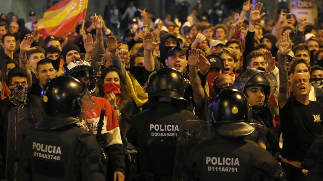 Neonaziści, separatyści i policja. Nocne starcia na ulicach Barcelony