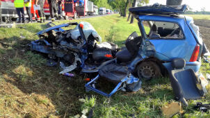 Pijany kierowca zjechał z drogi. Ranny kierujący drugim autem