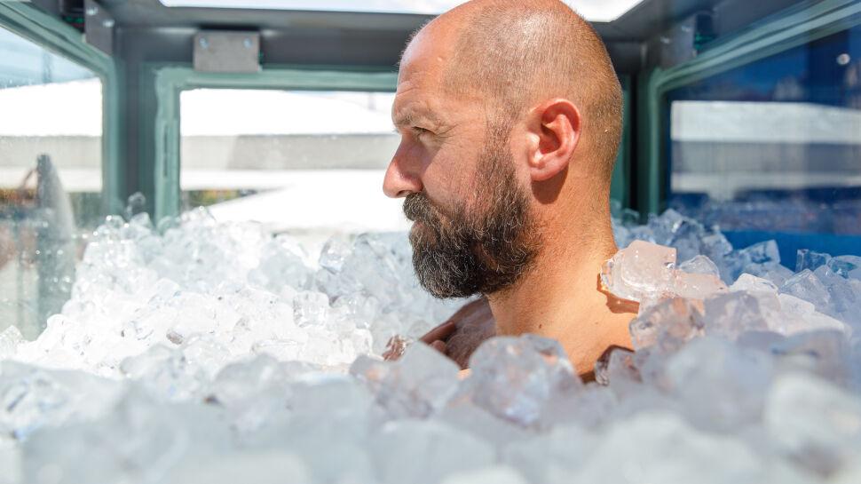 Austriak Josef Koeberl podczas bicia rekordu świata w przebywaniu w kabinie wypełnionej lodem