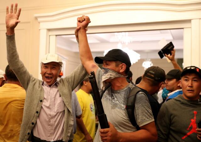 Strzały, zakładnicy, starcia wokół rezydencji. Próbują aresztować byłego prezydenta