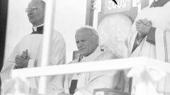 Papież Jan Paweł II (w środku) oraz duchowni podczas porannej mszy św. odprawianej przed klasztorem jasnogórskim - 1979-06-05