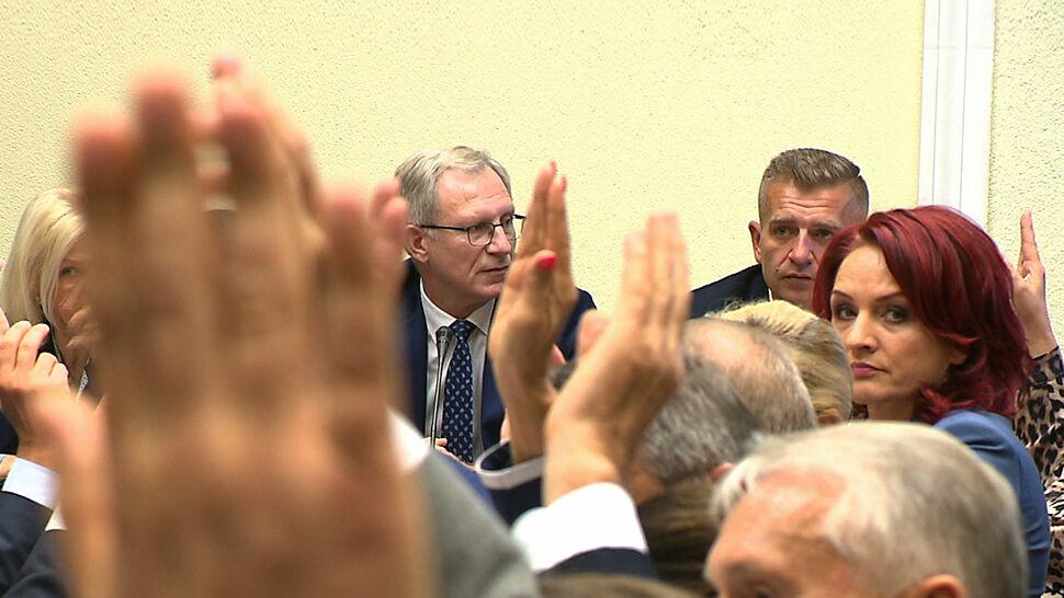 Gorące brawa na komisjach. Sejm odporny na antyszczepionkowców