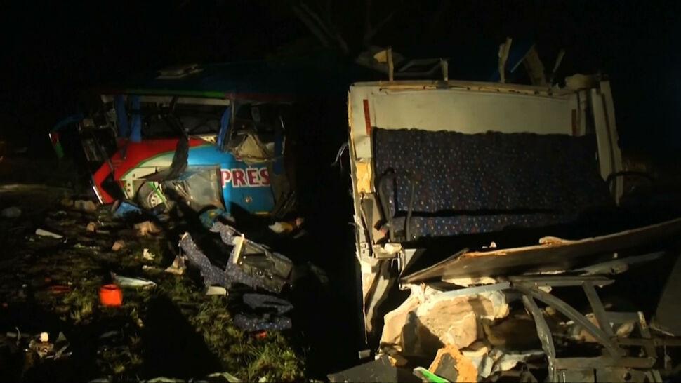 Czołowe zderzenie autobusów. Wśród kilkudziesięciu ofiar są dzieci