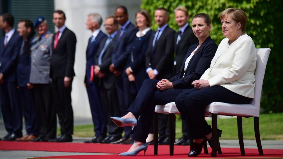 Dzień wcześniej kanclerz Niemiec dostała drgawek, tym razem słuchała hymnów na siedząco