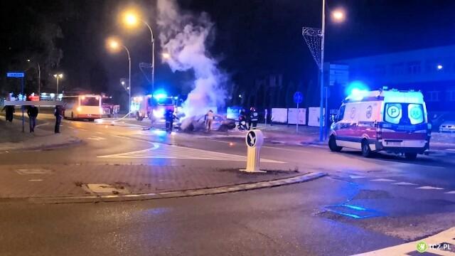 Uderzył w autobus, samochód stanął w płomieniach.