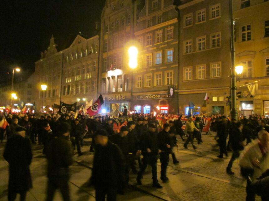 Marsz Patriotów zorganizowany przez NOP wyruszył z wrocławskiego Rynku