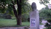 """Plakaty z hasłem """"konstytucja"""" na rzeźbach w Alei Sław"""