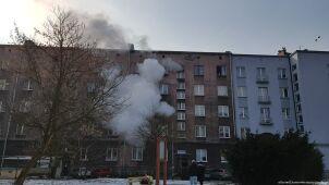 Ogień w mieszkaniu. Mężczyzna ewakuowany po drabinie