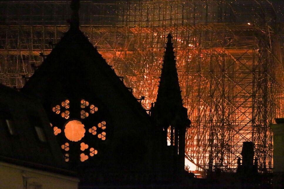 Notre Dame przetrwała pożar, choć dachu, iglicy i wnętrza katedry uratować się nie udało