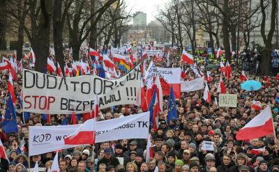 Reporter TVN24 w tłumie demonstrantów