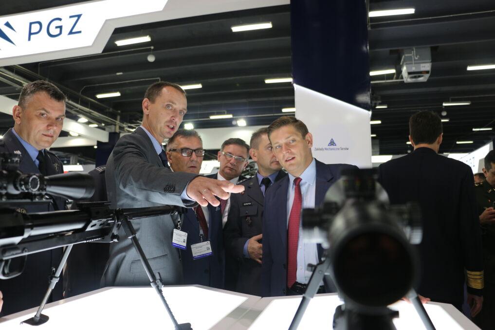 Podczas Międzynarodowego Salonu Przemysłu Obronnego w Kielcach, w obecności sekretarza stanu w MON Bartosza Kownackiego podpisane zostały umowy na dostawę sprzętu i wyposażenia dla polskiej armii, wrzesień 2017 r.