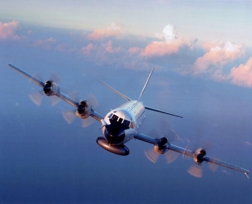 """W porównaniu do wojskowych P-3 Orion samoloty """"Łowców Huraganów"""" mają charakterystyczną czarną obudowę radaru pod nosem"""