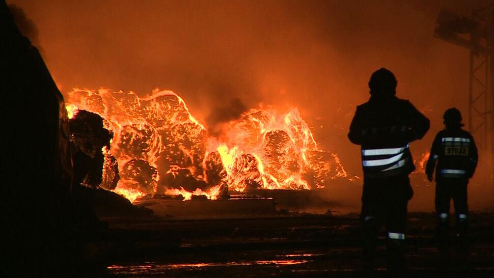 Strażacy walczą z pożarem składowiska opon. Ogień się rozprzestrzenił