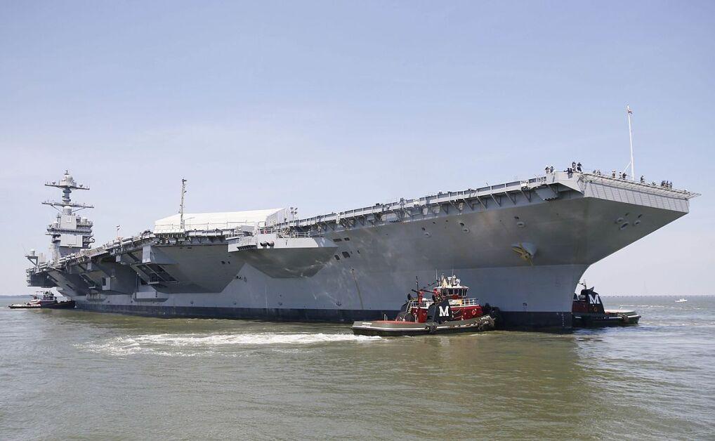 Lotniskowiec podczas przestawiana z jednego miejsca stoczni do drugiego, podczas ostatnich prac wyposażeniowych