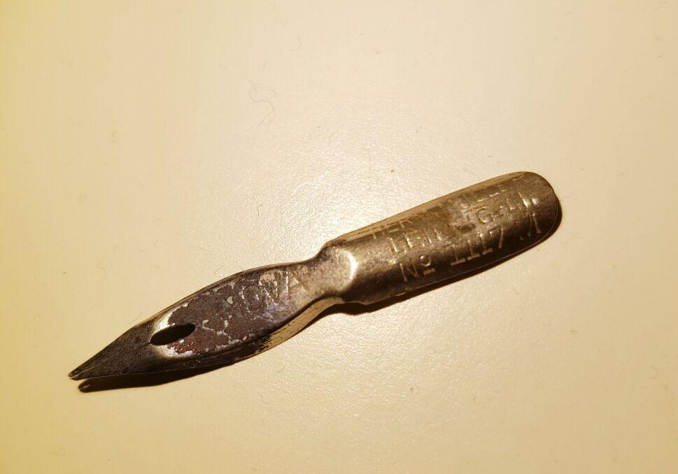 Stalówka z zachowanym atramentem, którą można powiązać z uniwersytetem albo urzędami działającym w Zamku
