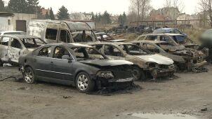 Spłonęło osiem samochodów.
