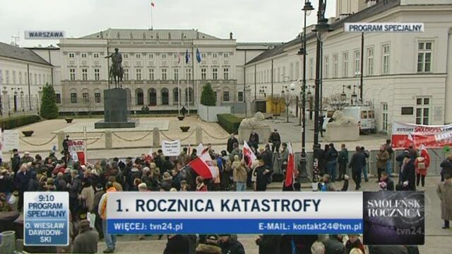 Znicze przenoszone w bezpośrednie sąsiedztwo Pałacu Prezydenckiego (TVN24)