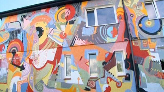 Ma malowany dom. Mieszka w nim od lat