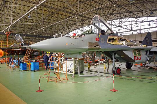 MiG-29 niemal gotowy do wytoczenia na ostatnie testy. Przechodzi wewnętrzną kontrolę jakości. Owiewka, czyli przeźroczysta osłona kabiny pilota, jest obklejona ochronną folią. Dlatego wygląda na zamazaną
