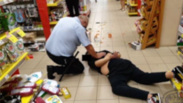 Z 30-centymetrowym nożem rzucił się na strażnika miejskiego, wcześniej groził klientom sklepu