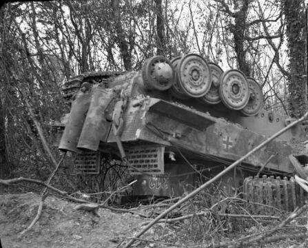 Ważący 56 ton niemiecki czołg Tygrys po alianckim bombardowaniu. Jednak większość z czołgów niemieckiego 503 Batalionu Czołgów Ciężkich nie ucierpiało i zakończyło dzień z wynikiem ponad 40 zniszczonych czołgów brytyjskich