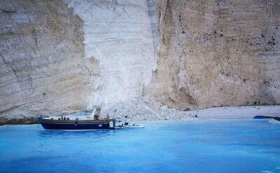 Chwile grozy na greckiej plaży. Na turystów runął klif