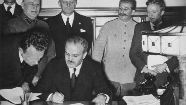 """""""Skazał połowę Europy na dziesięciolecia cierpień"""". 80. rocznica paktu Ribbentrop-Mołotow"""