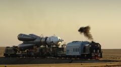 Współczesna rakieta Sojuz wieziona na stanowisko startowe na kosmodromie Bajkonur