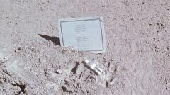 Plakietka i figurka zostawiona przez Amerykanów na Księżycu poświęcona poległym astronautom i kosmunautom. Jest na niej też imię Władimir Komarow