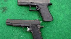 Na dole współczesna wersja słynnego pistoletu M1911 a u góry zupełnie współczesny Glock 17 z nowym celownikiem