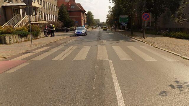 Kierowca samochodu zatrzymał się przed pasami, motocyklista nie. Piesza w szpitalu