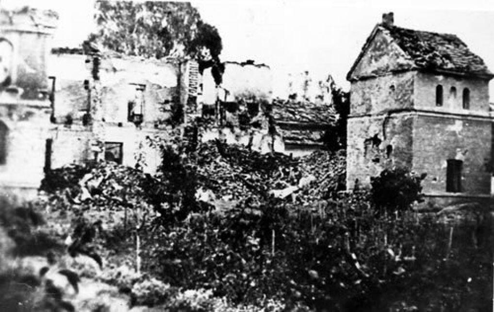 Ruiny Szpitala Wszystkich Świętych w Wieluniu po zbombardowaniu go przez lotnictwo hitlerowskie w dniu 1 września 1939 r.