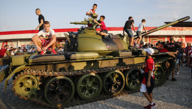 Czołg przed stadionem w Serbii.