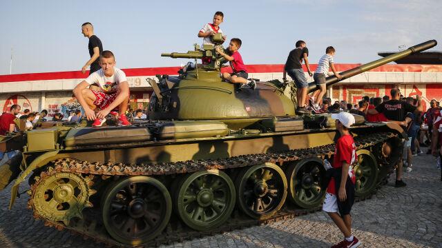 """Czołg przed stadionem w Serbii. """"Świętują jedną z najgorszych zbrodni w naszej historii"""""""