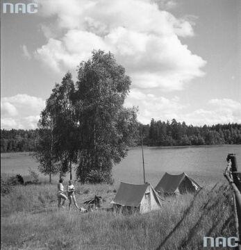 Namioty rozbite nad mazurskim jeziorem, 1958.