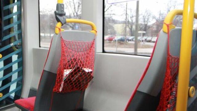 """Znikają książki z tramwajowej czytelni. """"Zabrali nawet siatki"""""""