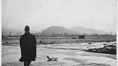 Japoński żołnierz idący przez ruiny Hiroshimy