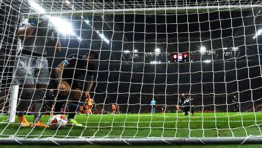 Absurdalny samobój w Lidze Europy, wrzucił piłkę do własnej bramki.