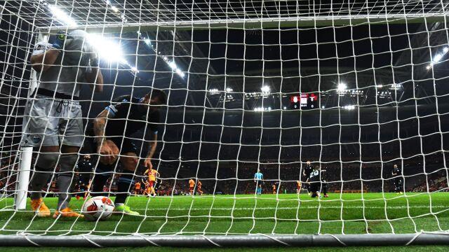 """Absurdalny samobój w Lidze Europy, wrzucił piłkę do własnej bramki. """"Żal mi go"""""""