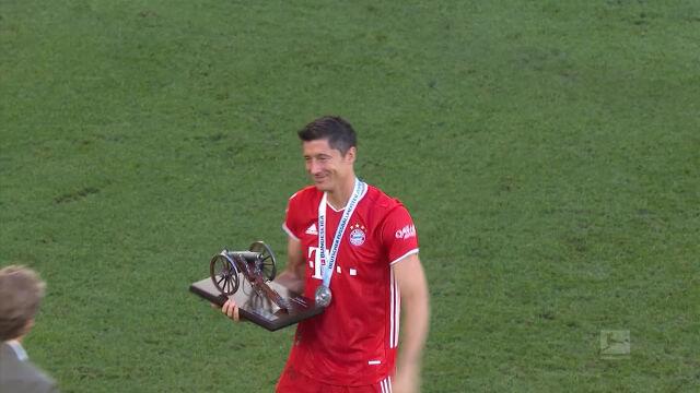 Bayern z trofeum za wygranie Bundesligi, Lewandowski odebrał armatkę dla króla strzelców