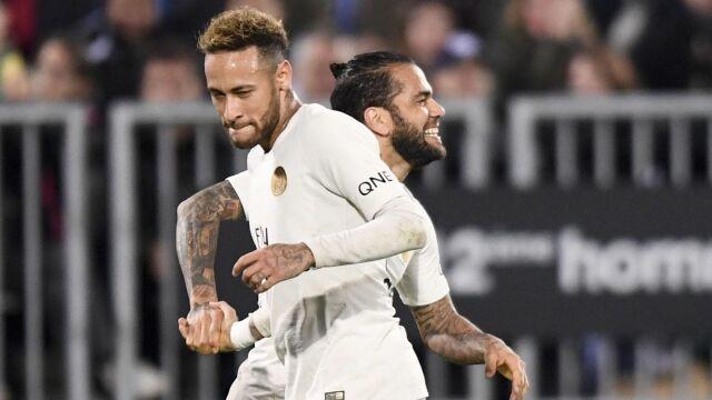 """Dani Alves nie wierzy w odejście Neymara do Barcelony. """"Mogę się o to założyć o Wieżę Eiffla"""""""