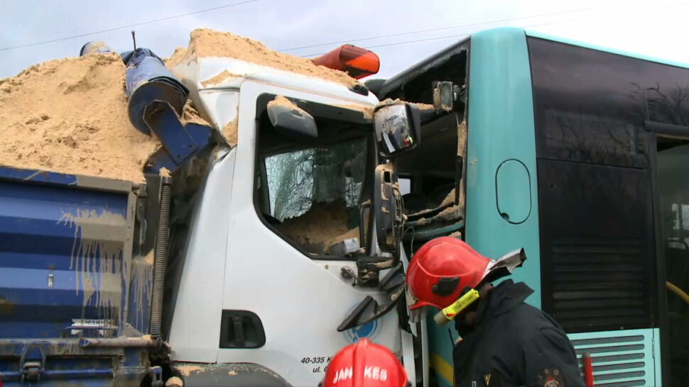 Ciężarówka z piachem wjechała w miejski autobus. Dziewięć osób trafiło do szpitala