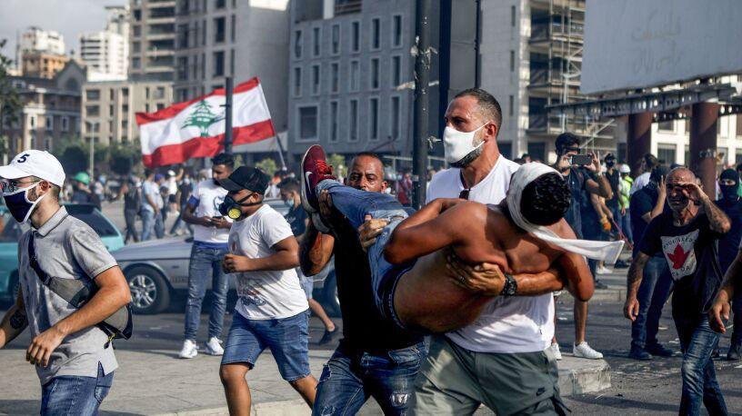 Krwawe protesty i mężczyzna z rannym na rękach