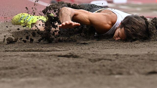 Runął głową w piasek, zjechał do szatni na wózku inwalidzkim