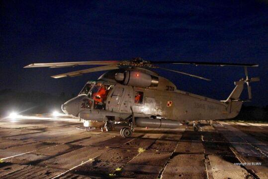 Nocne lądowanie śmiglowca BLMW
